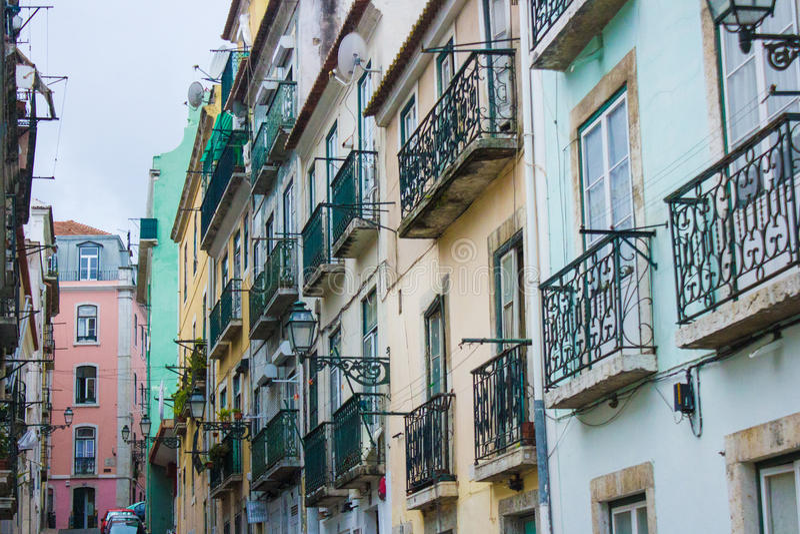 Janelas e balcões tradicionais no alto de Bairro, Lisboa, Portugal fotos de stock