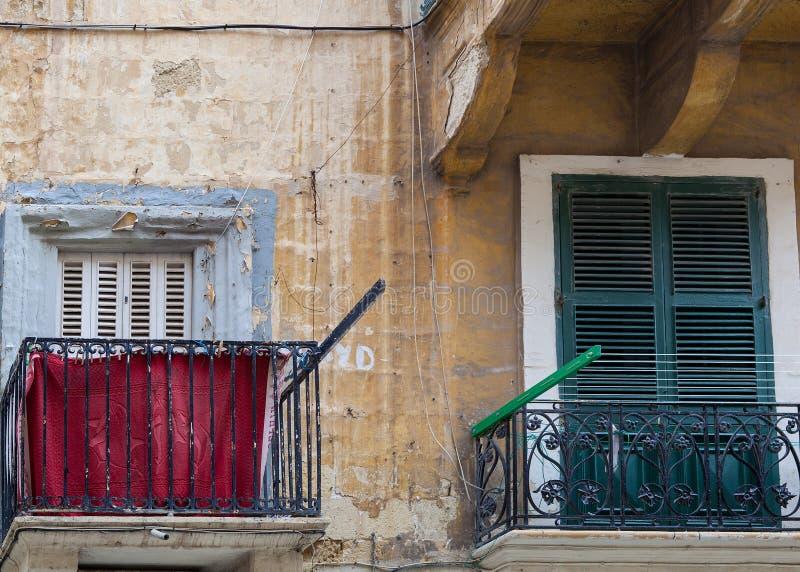 Janelas e balcões velhos em Malta imagem de stock royalty free