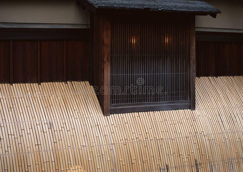 Janelas e paredes japonesas com fundo de bambu das tiras fotografia de stock royalty free