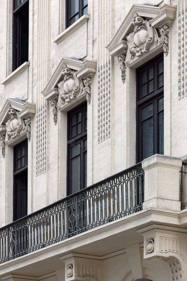 janelas em uma casa colonial imagens de stock