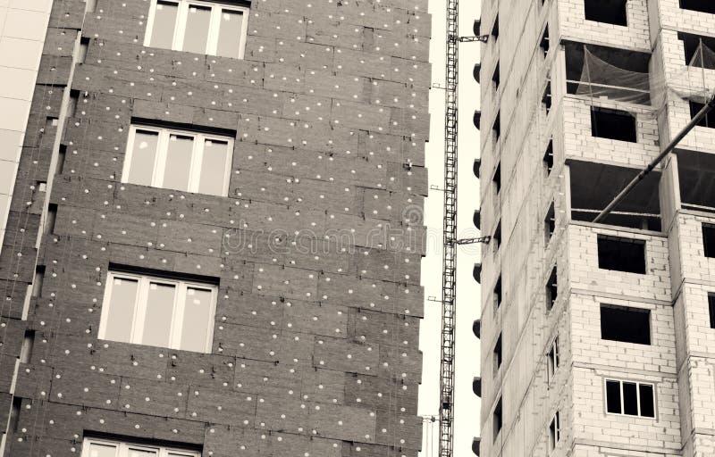 janelas em uma casa recentemente construída mure a estrutura com a fibra material não-combustível isolada do basalto telhada ilustração royalty free