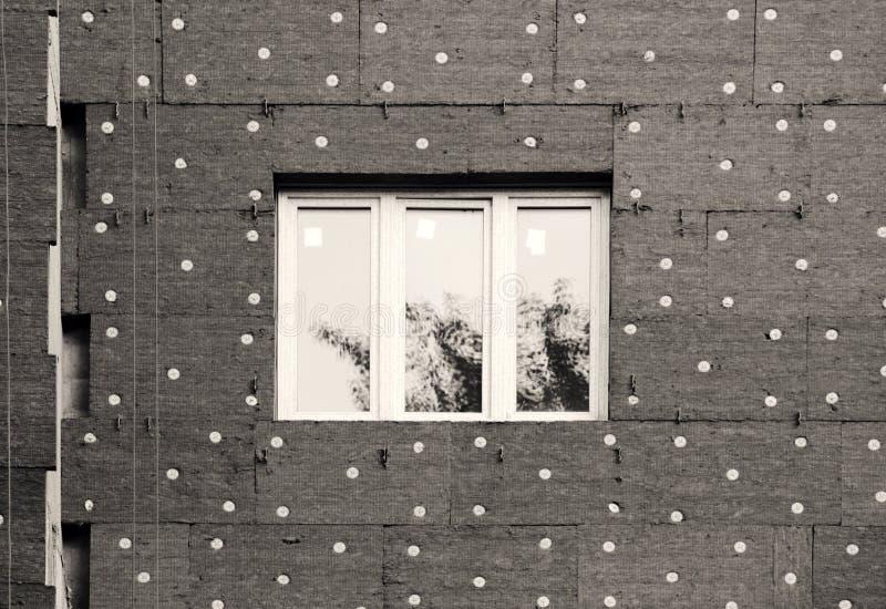 janelas em uma casa recentemente construída mure a estrutura com a fibra material não-combustível isolada do basalto telhada ilustração do vetor