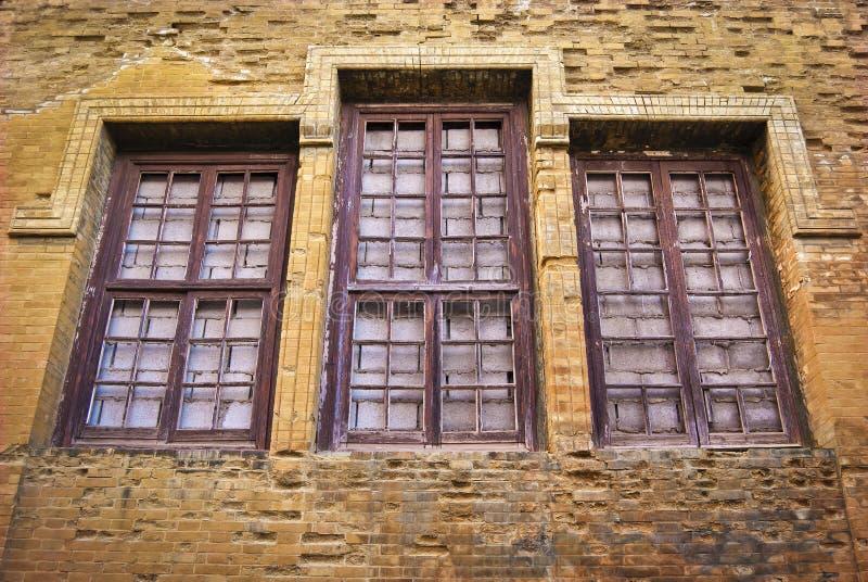 Janelas embarcadas da parede de tijolo fotografia de stock