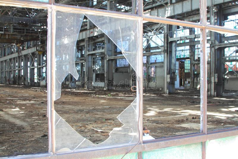 Janelas industriais quebradas e rachadas em quadros do metal fotografia de stock