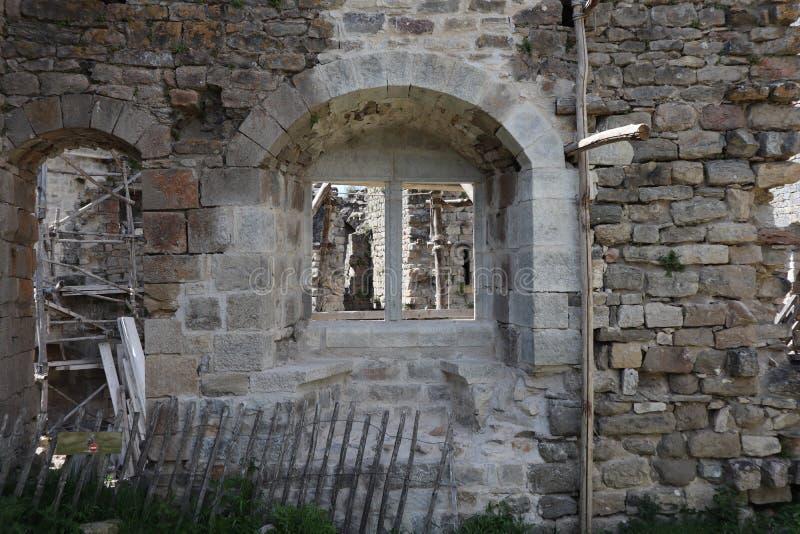 Janelas medievais dobro arredondadas do castel imagem de stock