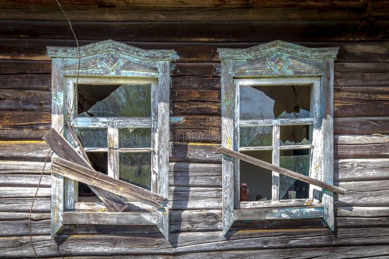 Janelas velhas com vidro quebrado imagens de stock royalty free