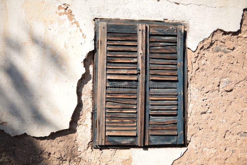 Janelas velhas de madeira na vila sérvia imagem de stock royalty free