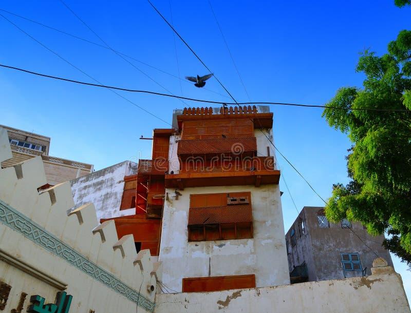 Janelas velhas que negligenciam sobre a jarda histórica de jeddah foto de stock