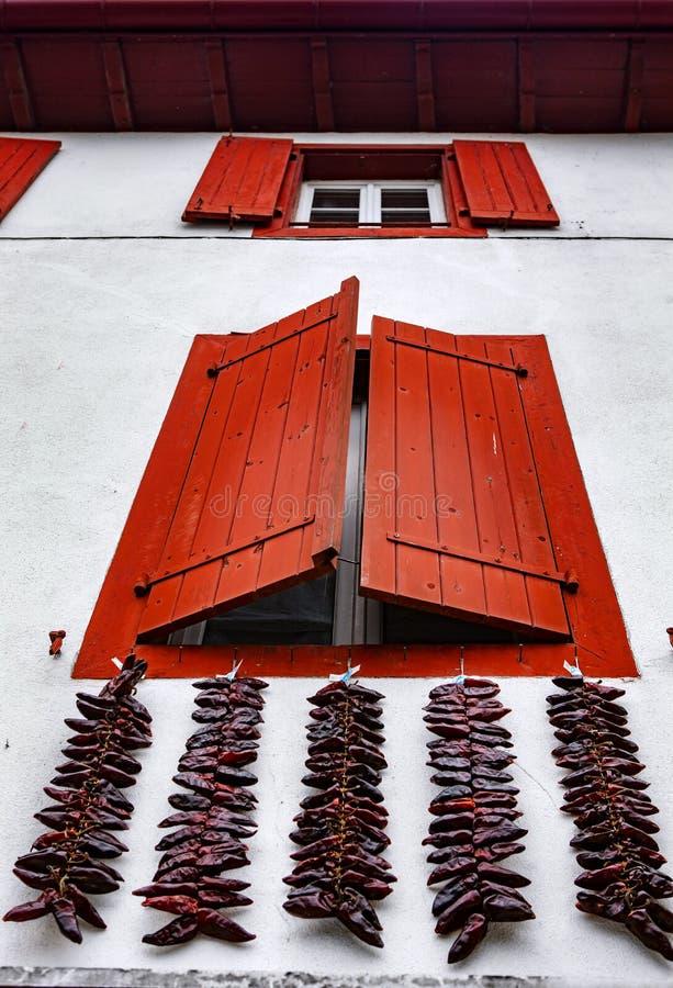 Janelas vermelhas e pimentas de pimentão encarnados - Espelette imagens de stock royalty free