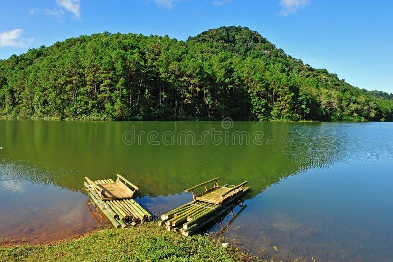 Jangada de bambu no reservatório de Pang Ung fotografia de stock royalty free