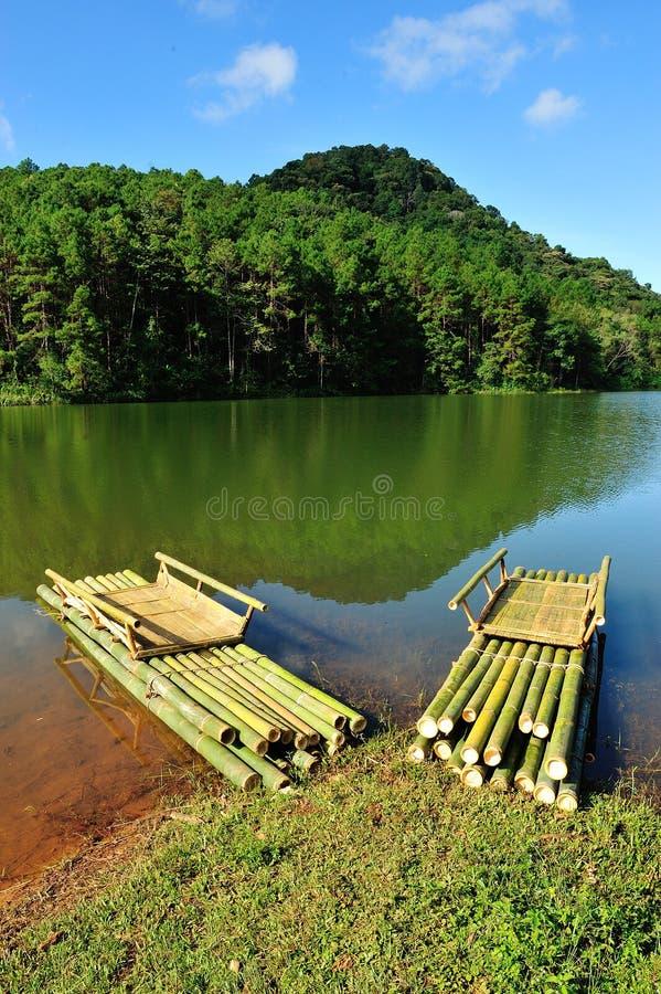 Jangada de bambu no reservatório de Pang Ung fotos de stock royalty free