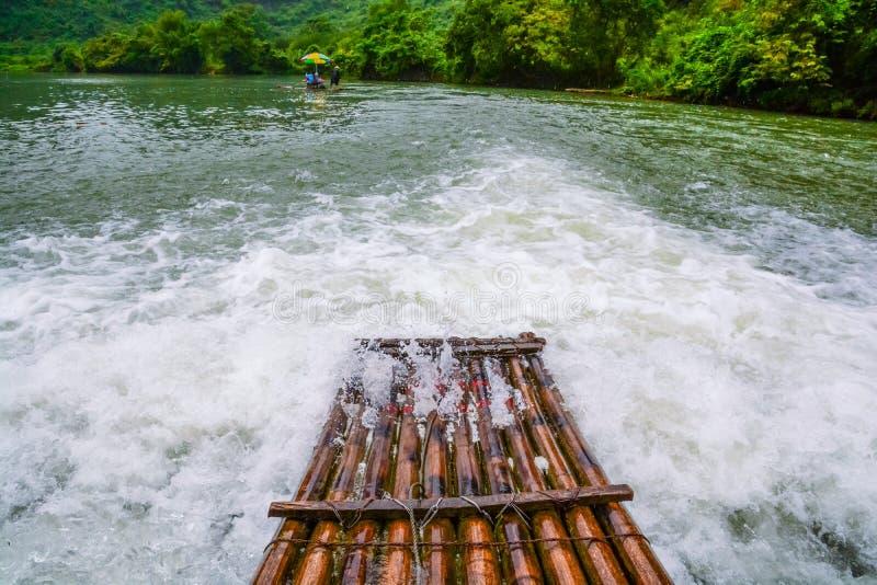 A jangada de bambu no rio fotos de stock