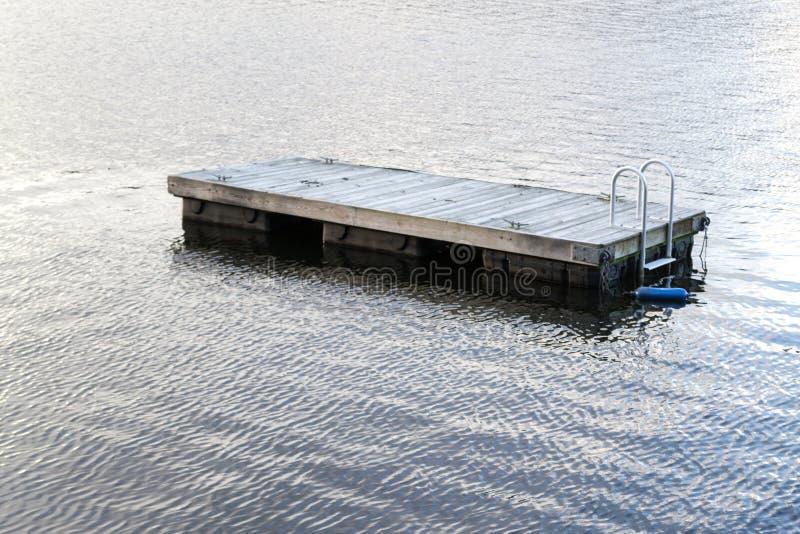 Jangada de flutuação da natação no lago greenwood (NY) fotos de stock