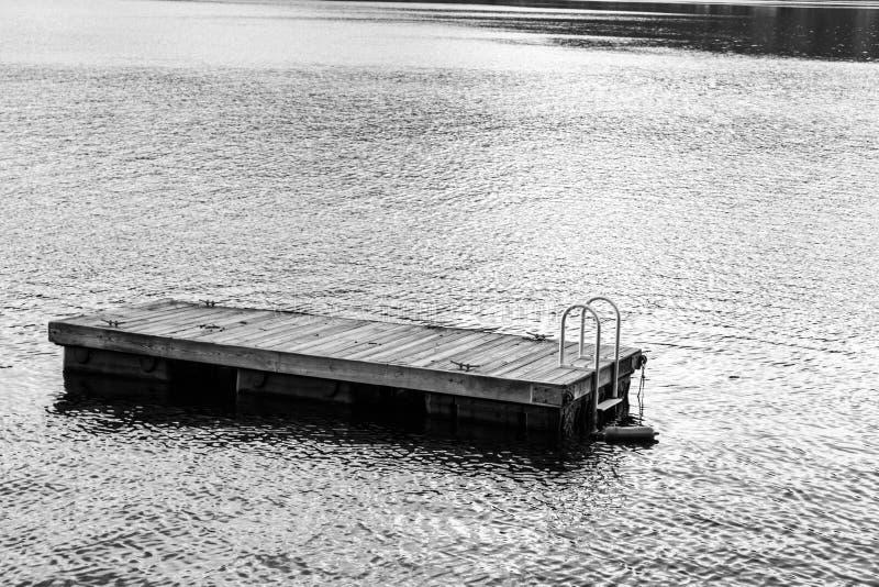 Jangada de flutuação da natação no lago greenwood (NY) imagens de stock royalty free
