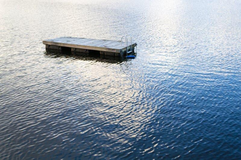 Jangada de flutuação da natação no lago greenwood (NY) fotografia de stock royalty free