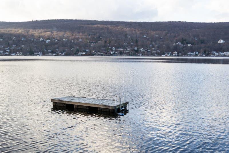 Jangada de flutuação da natação no lago greenwood (NY) imagem de stock royalty free
