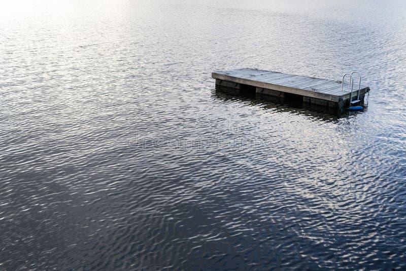 Jangada de flutuação da natação no lago greenwood (NY) foto de stock royalty free