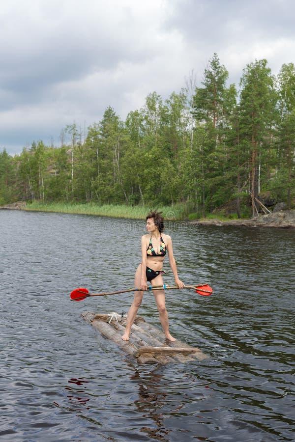 Jangada de madeira no lago fotografia de stock