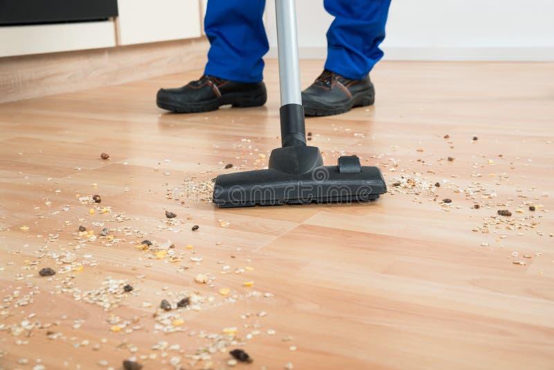 Janitor καθαρίζοντας πάτωμα με την ηλεκτρική σκούπα στοκ φωτογραφία με δικαίωμα ελεύθερης χρήσης