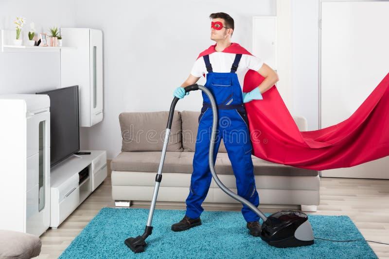 Janitor καθαρίζοντας τάπητας με την ηλεκτρική σκούπα στοκ εικόνα με δικαίωμα ελεύθερης χρήσης