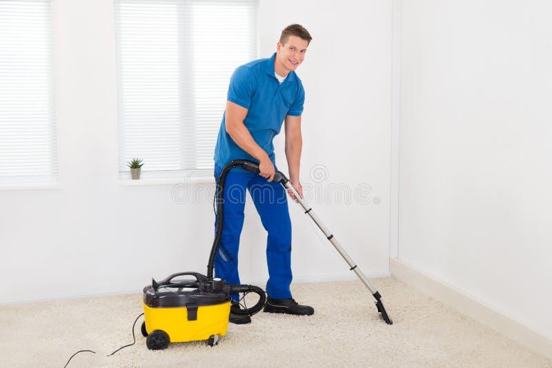 Janitor καθαρίζοντας τάπητας στοκ εικόνα