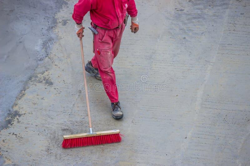 Janitor με τη σκούπα στοκ εικόνες με δικαίωμα ελεύθερης χρήσης