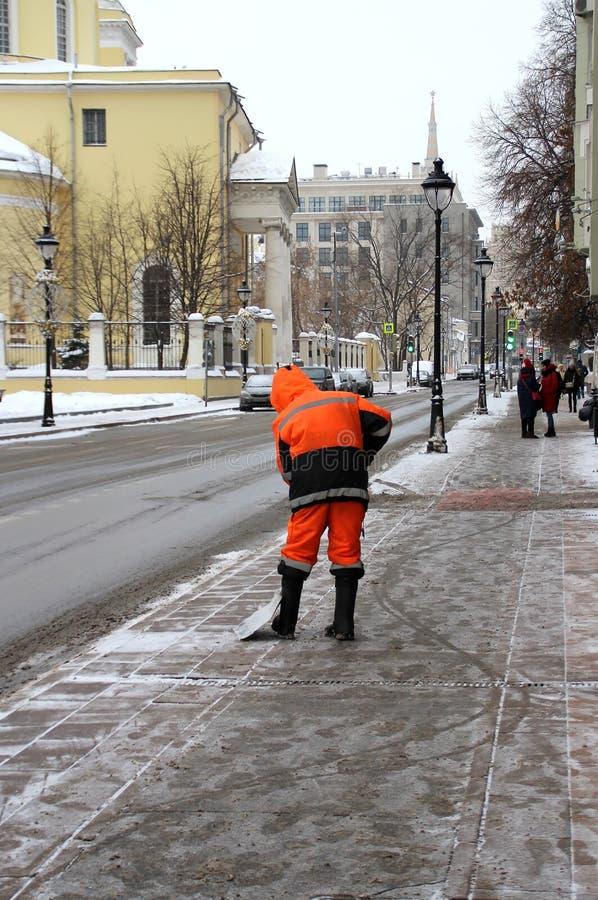 Janitor σκουπίζει το πεζοδρόμιο στην οδό της Μαλαισίας Nikitskaya στοκ εικόνες