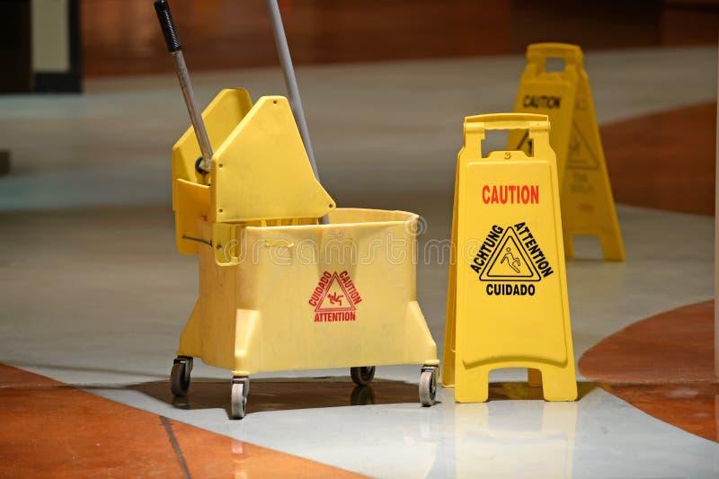 Janitorial golvmopp- och varningstecken royaltyfria foton