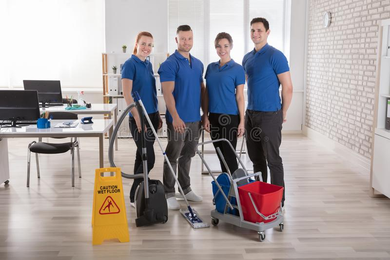 Janitors με τον καθαρισμό των εξοπλισμών στο γραφείο στοκ εικόνες