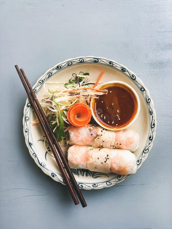 Jantar asiático do estilo a Liso-configuração do dim sum das bolinhas de massa e do papel de arroz cozinhados do verão rola com c fotografia de stock