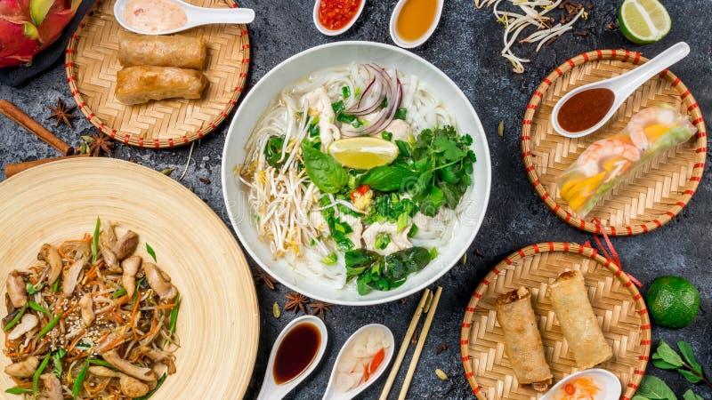 Jantar asiático sortido, alimento vietnamiano Pho GA, pho BO, macarronetes, rolos de mola fotos de stock