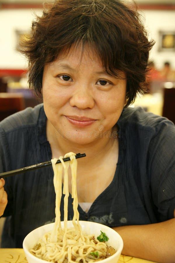 Jantar chinês da mulher imagens de stock