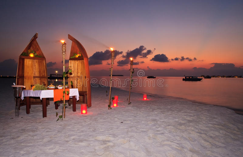 Jantar confidencial romântico no recurso foto de stock
