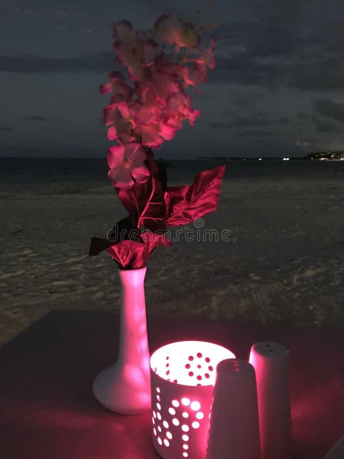 Jantar da luz de vela na praia no rosa imagem de stock royalty free