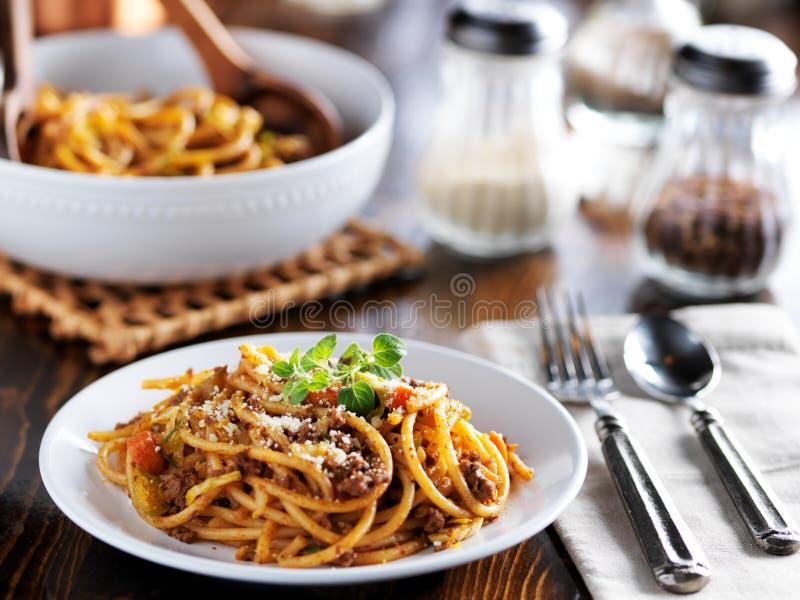 Jantar da massa dos espaguetes na placa com molho e oréganos da carne fotografia de stock royalty free