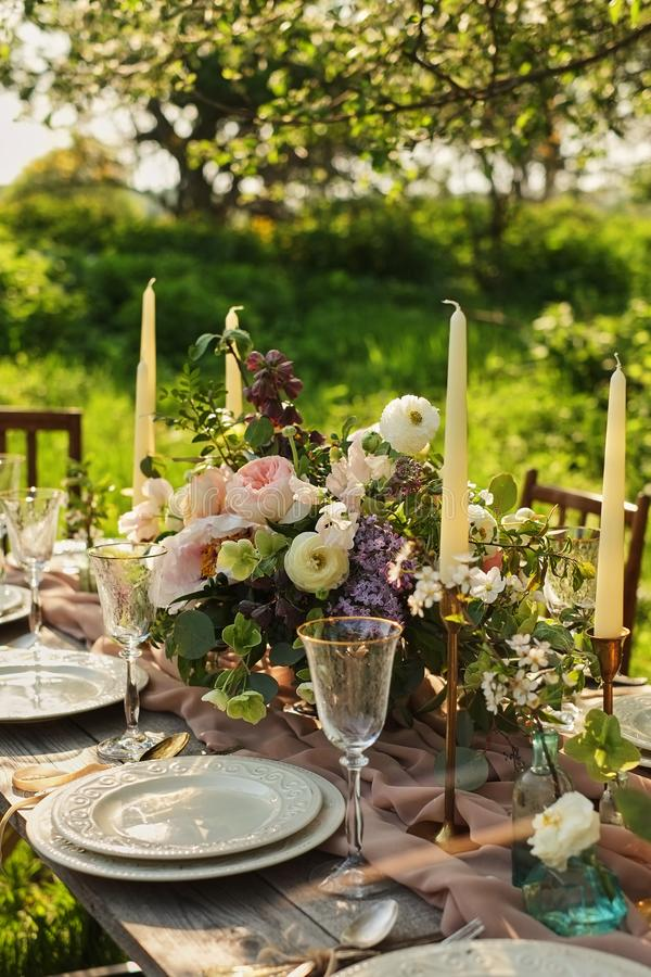 Jantar de casamento no jardim Banquete do casamento no parque Tabele o ajuste fotos de stock royalty free