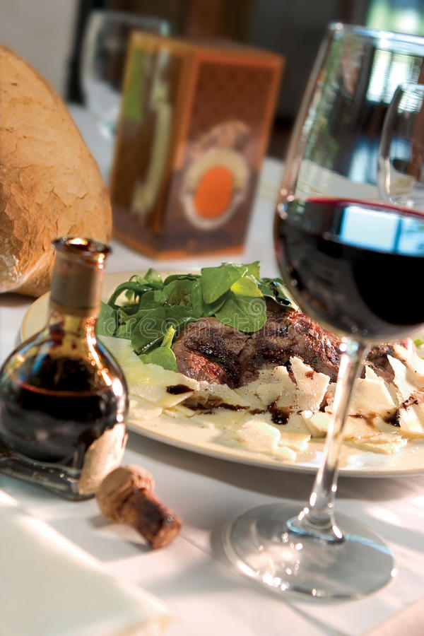 Jantar do bife com vidro do vinho fotos de stock royalty free