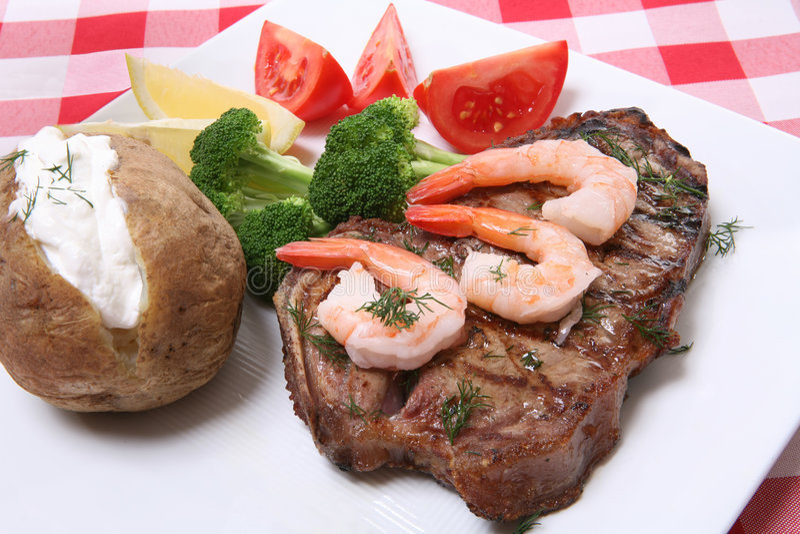 Jantar do bife e do camarão fotos de stock