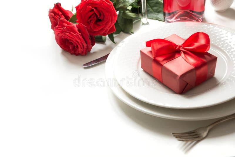 Jantar do dia ou do aniversário de Valentim Ajuste da tabela da elegância com champanhe e a rosa vermelha imagens de stock