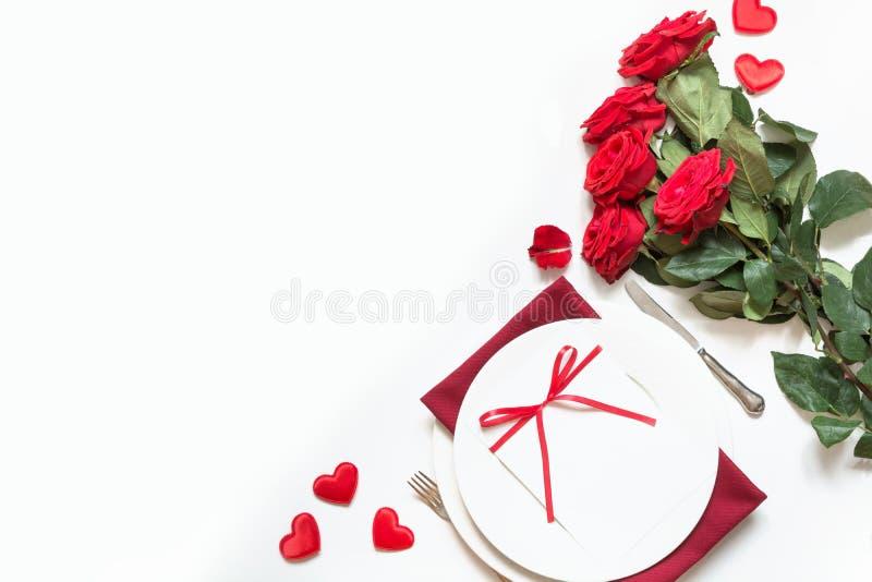 Jantar do dia do ` s do Valentim Ajuste romântico da tabela com rosas vermelhas Vista de acima fotos de stock