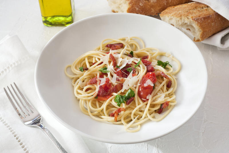 Jantar do espaguete em um restaurante imagens de stock royalty free
