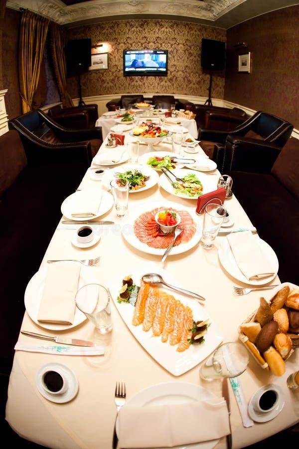 Jantar do feriado As refeições são servidas à tabela com o aniversário fotos de stock