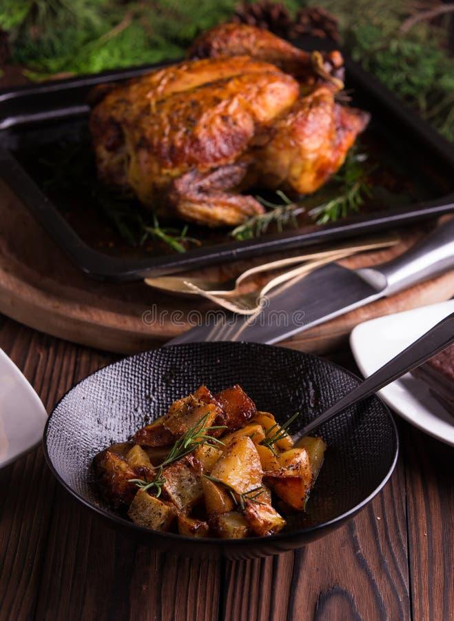 Jantar do Natal e da véspera de Ano Novo: galinha inteira/peru roasted, salada de batata doce e sobremesa imagens de stock