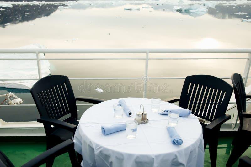 Jantar do navio da expedição - Gronelândia imagem de stock