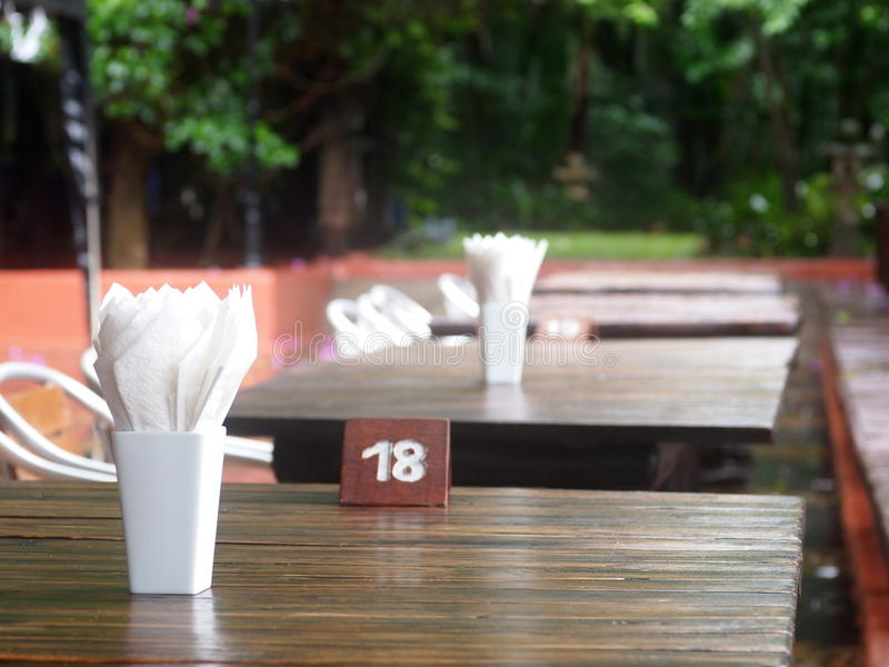 Jantar do restaurante da cafetaria e tabela amigáveis limpos brilhantes da madeira do café fotografia de stock