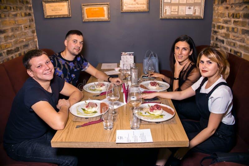 Jantar do vinho no restaurante com ostras e marisco Os povos comem ostras e a culinária gourmet do risoto Mexilhões para o jantar imagem de stock royalty free