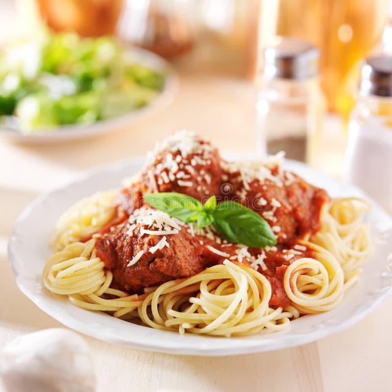 Jantar dos espaguetes e da almôndega com salada foto de stock royalty free