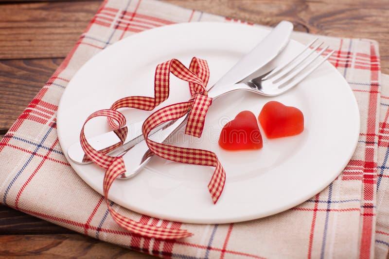 Jantar dos Valentim no fundo de madeira fotografia de stock royalty free