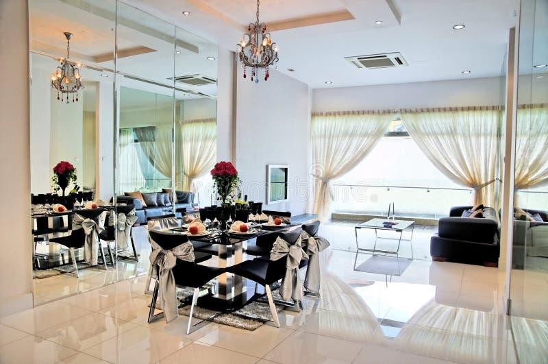 Jantar e sala de visitas em um condomínio confidencial fotos de stock royalty free
