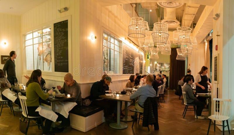 Jantar em Restaurante Du Boeuf fotografia de stock